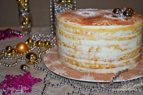Украшаем по своему желанию. Я смешала какао и сахарную пудру и через трафарет «снежинки» посыпала торт. Даем торту пропитаться несколько часов.