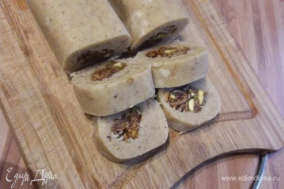 Разогреть духовку до 160°С. Рулет разрезать на половину и острым ножом отрезать шайбы толщиной приблизительно в 1,5 см.