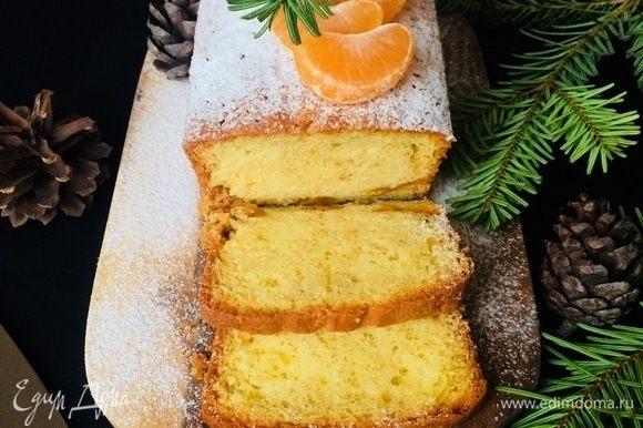 Готовый кекс слегка остудить в форме, а затем переложить на блюдо и посыпать сахарной пудрой.