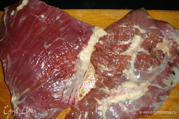 Мясо помыть и обсушить бумажными полотенцами. У меня два плоских кусочка по 500 г.