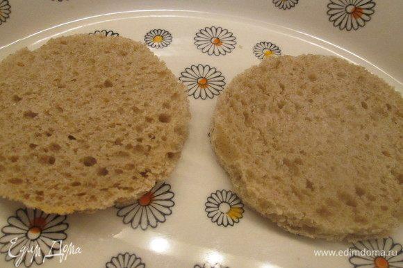Хлеб вырезаем кружочками или делаем любой другой формы. Подсушиваем в тостере или духовке.