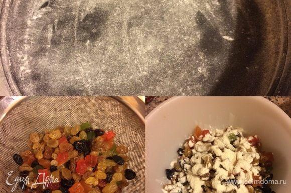 Форму 20 см слегка смазать растительным маслом и посыпать мукой. Цукаты и изюм откинуть на сито (виски не выливаем!), даем жидкости стечь, затем смешиваем цукаты и изюм с мукой.