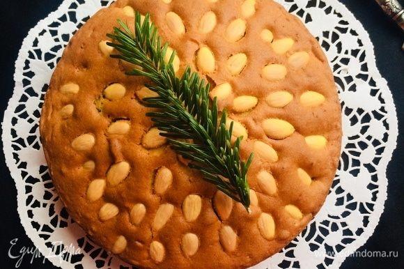 Готовый пирог слегка остудить в форме, затем достать и дать полностью остыть 3–5 часов.
