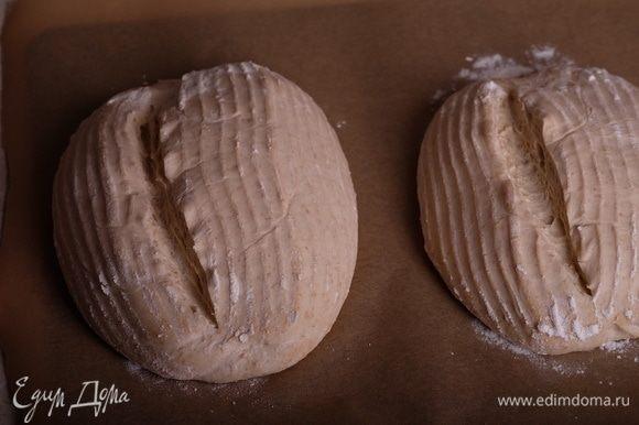 Перевернуть их из корзинок на пергамент, быстро сделать надрезы и поместить в раскаленную духовку. Сразу же подать пар (выливать 0,5 ст. кипятка на раскаленную сковороду).