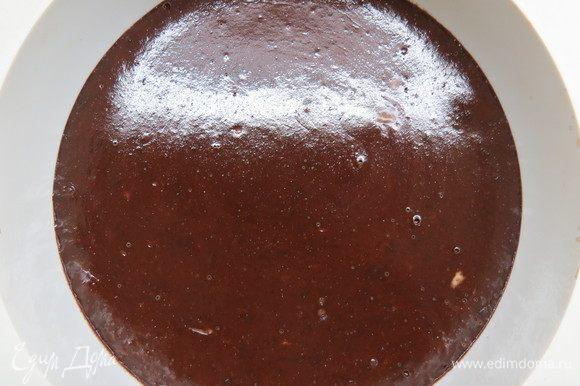 Испеченный шоколадный мусс полностью остудить, накрыть пищевой пленкой в контакт и убрать минимум на сутки в холодильник. Перед приготовлением трюфелей подержать мусс при комнатной температуре примерно 30-40 минут.