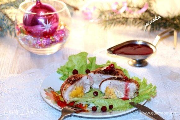 Чтобы не растекался куриный сок по сковороде, куриное филе лучше обжаривать в специальных листах «для жарки». А у кого нет таких листочков, советую другой способ. Берем пергамент по размеру, чтобы можно было положить куриное филе на одну половинку листа, а другой накрыть. Смазываем пергамент растительным маслом, посыпаем приправой для курицы и сухими травами. Кладем на одну половинку куриный рулетик с сыром и без шпажек. Затем накрываем второй половиной пергамента. Сверху можно положить блюдо, будет небольшим, слабым прессом, только для того, чтобы не раскрылся лист. Сковороду с курицей не накрывать. Обжаривать на слабом огне с двух сторон не вынимая из пергамента.