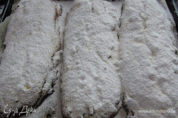 Пока штоллены пекутся растопите масло для смазывания. Как достанете штоллены сразу смажьте их маслом, оно будет впитываться, а вы смазывайте еще, а затем присыпьте сахарной пудрой. Это нужно делать пока штоллен горячий.