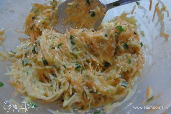 Перемешайте, добавьте 1 столовую ложку муки, нарезанные листья тимьяна (я добавила сухого), посолите, поперчите и тщательно перемешайте.