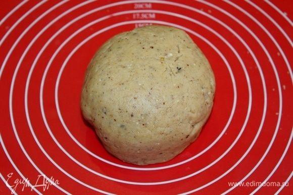 Замесить гладкое тесто, завернуть в пленку и отправить в холодильник на 30–40 минут.
