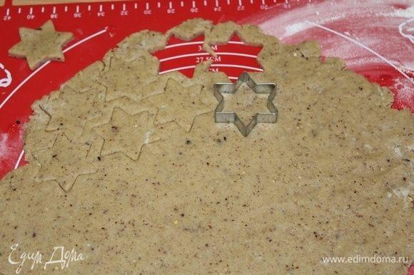 Раскатать тесто толщиной 0,5 см, вырезать печенье.