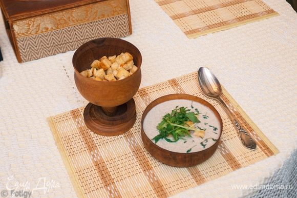 Наливаем суп в тарелку. Украшаем сухариками и небольшой горсточкой руколы, 20 минут и суп готов!!!!! Приятного аппетита!