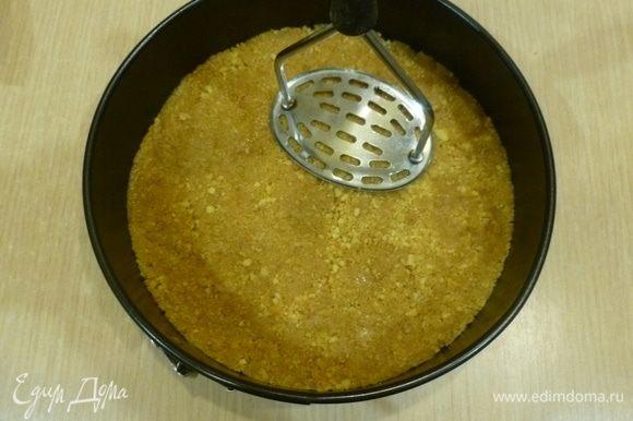 Выложить в разъемную форму (у меня 22 см). Утрамбовать очень хорошо. Я использую для этого картофелемялку. Поставить пока в холодильник.
