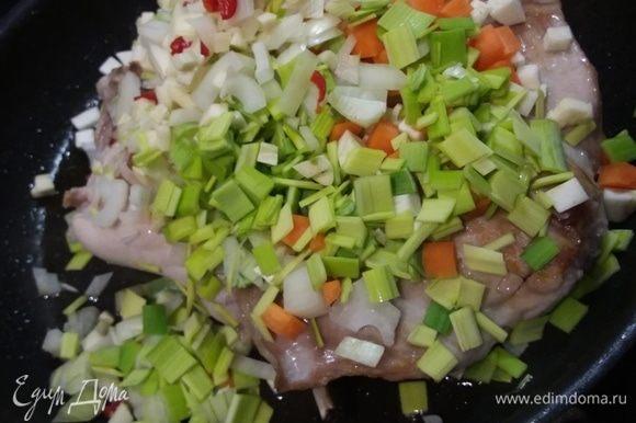 Добавить овощи, пассеровать несколько минут.