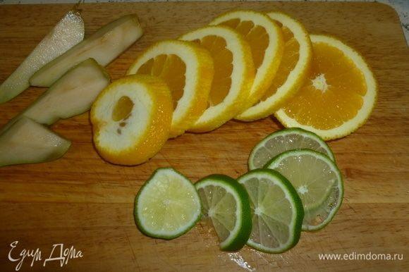 Нарезать фрукты дольками и добавить в кипящий сок.