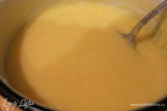 Нагреваем оставшееся молоко (или, как у меня, разбавленные сливки), вливаем пудинг, можно добавить еще сладости, тогда количества сахара в ингредиентах увеличиваем, провариваем сладкий соус пару минут. Даем остыть.
