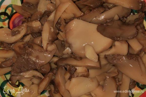 Слить жидкость с консервированных грибов.