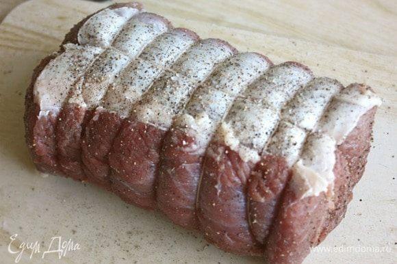Смесью соли и перца натереть мясо, затем смазать оливковым маслом со всех сторон. В классическом варианте для ростбифа не нужны никакие другие ингредиенты, как то: пряные травы, горчица, чеснок и пр.