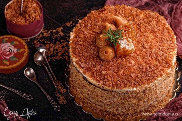 Готовый торт обсыпать крошкой от коржей, украсить по желанию. Я верх торта дополнительно посыпала хрустящей вафельной крошкой, украсила соленой карамелью, кусочками меда в сотах и листиками розмарина.
