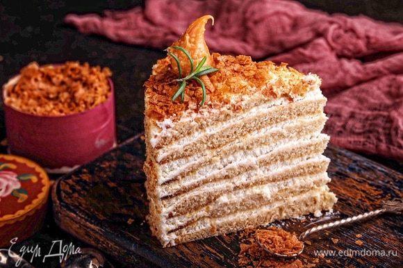 Готовому торту дать пропитаться минимум 5–8 часов и подавать.