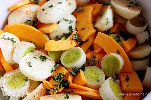 Сложить подготовленные овощи в большую миску. Тимьян и розмарин вымыть и обсушить. Оборвать с них листья, розмарин нарезать. 3 ст. л. масла, зелень, соль, молотую сладкую паприку, черный перец добавить к овощам и перемешать. Переложить овощи в жаростойкую форму. Духовку разогреть до 200°С, с конвектором — до 175°С.