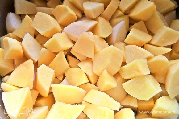 Картофель для быстроты варки нарезать кусочками и поставить вариться с солью.