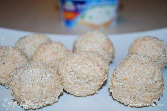 Сформировать шарики, обвалять их в кунжуте и убрать шарики в холодильник.
