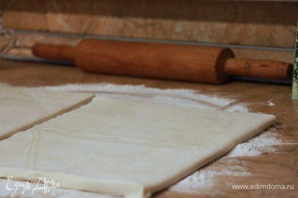 Рабочую поверхность присыпьте мукой, тесто раскатайте и смажьте взбитым желтком с молоком.