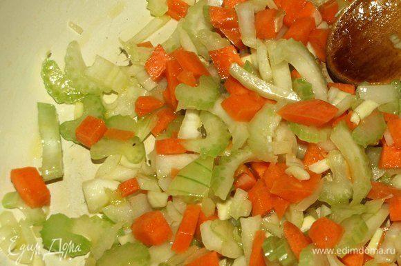 В сковороде разогреть оливковое масло. Добавить морковь, чеснок, лук и сельдерей и готовить до прозрачности.