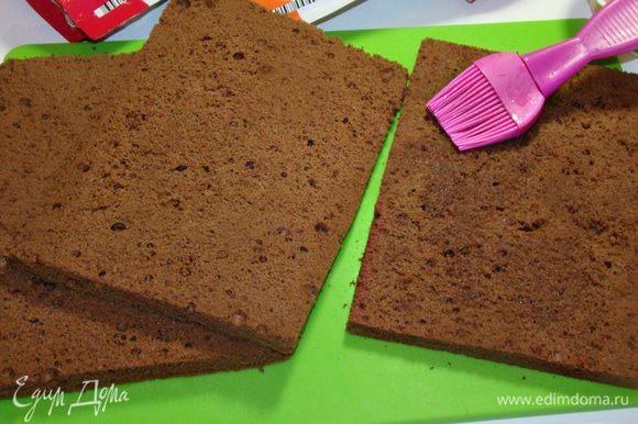 Тем временем займемся бисквитом. Для этого разделить желтки и белки. Взбить белки с сахаром в крепкую пену. По одному добавить желтки. Затем всыпать муку с какао и аккуратно перемешать лопаткой. Дно формы застелить пекарской бумагой, вылить тесто и выпекать в разогретой до 170–180°С духовке минут 30. Готовый бисквит перевернуть, снять форму и полностью остудить. Затем разрезать на коржи и пропитать сиропом.