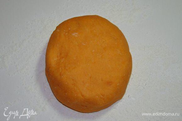Тесто выложить на стол, посыпанный кукурузным крахмалом. И, подсыпая крахмал, вымесить эластичное тесто. Так как тесто горячее, лучше вымешивать в перчатках. Готовое тесто завернуть в пленку и дать остыть.
