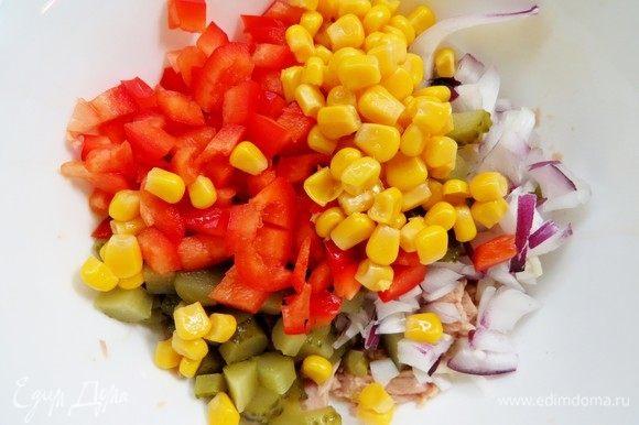 Добавить нарезанные огурцы, перец и консервированную кукурузу в миску с тунцом, перемешать. Для заправки в майонез добавить кетчуп, перемешать до однородности, заправить салат.