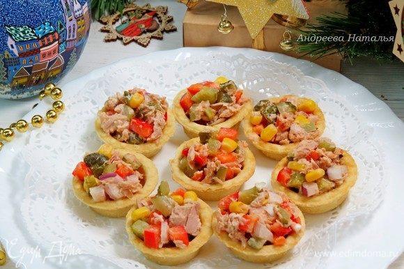 Заполняем тарталетки салатом и подаем! Очень быстро, красиво и вкусно!