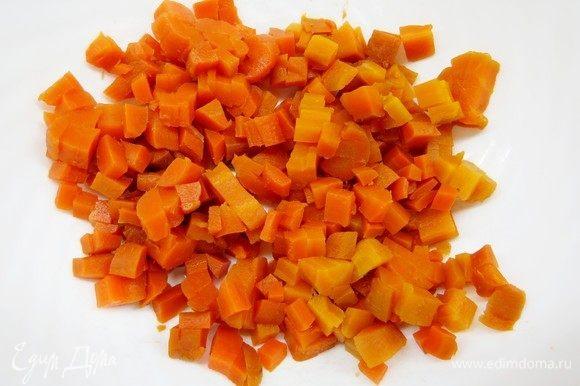 Куриные яйца предварительно отварить и остудить. Морковь очистить, нарезать длинными брусочками, натереть специями (кориандр, зира, паприка, соль, перец), завернуть в фольгу и отправить в духовку на час-полтора. Если времени нет, то морковь можно просто отварить, затем почистить. Нарезать морковь аккуратными кубиками.