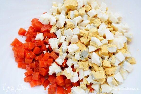 Вареные яйца нарезать кубиками, добавить к моркови.