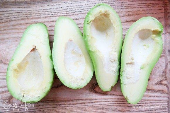 Авокадо почистить, извлечь косточку.