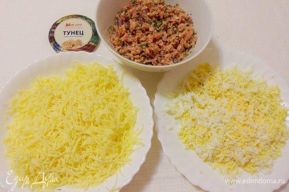 Отварные яйца очистить и натереть на мелкой терке. Твердый сыр также натереть на мелкой терке.