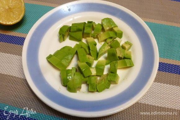 Авокадо почистить, нарезать кубиком и сбрызнуть соком лимона.