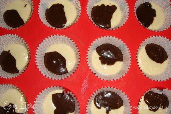 В формы для кексов вложить бумажные капсулы. Начинаем выкладывать тесто: чайная ложка тыквенного, затем шоколадного и т.д. Выпекаем кексы в разогретой до 180°С духовке 25–30 минут.