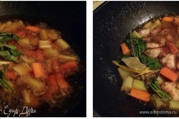 Влить воду либо овощной бульон, букет гарни, положить подготовленное мясо, довести до кипения, убавить огонь, накрыть крышкой и готовить при тихом кипении 20 мин.