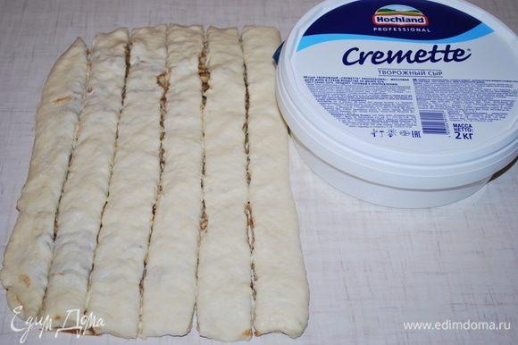 Разрезать тесто на полоски.