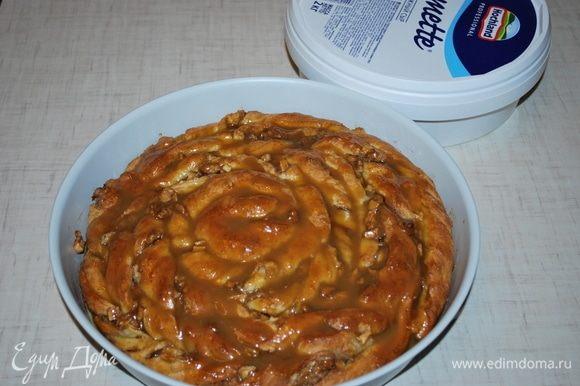Готовый горячий пирог полить горячим сиропом.
