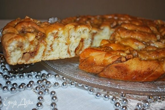 Ароматный, сочный и нежный пирог готов.