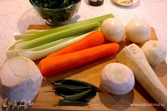 Помыть и почистить овощи для начинки, для жарки и для бульона. Листья шалфея выбирать самые крупные.