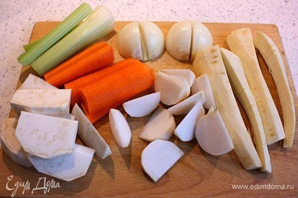 Оставшиеся овощи крупно нарезать: лук и пастернак на четвертинки, стебель сельдерея и морковь палочками по 10 см, белую репу и корень сельдерея клиньями.