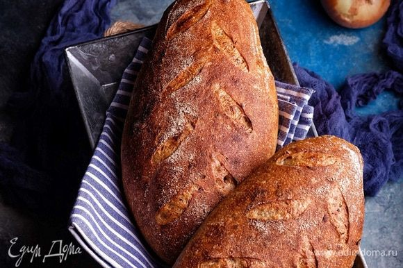 Готовый хлеб остудить на решетке и подавать.