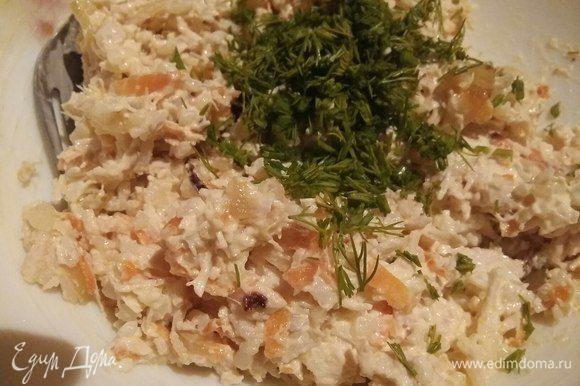 Добавить соль, майонез и зелень. Перемешать. Начинка готова. Очень вкусная и просто так.