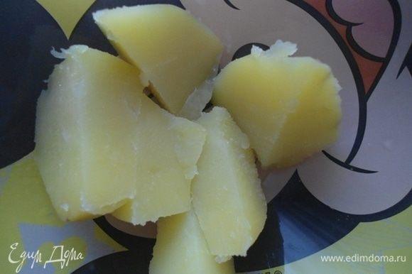 Отварной картофель почистить и добавить к курочке. Измельчить вместе