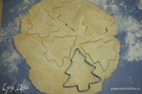 Тесто раскатать до толщины 5-7 мм. Формочками вырезать печенье, перенести на застеленный пергаментом противень. Смазать верх желтком и присыпать коричневым сахаром.