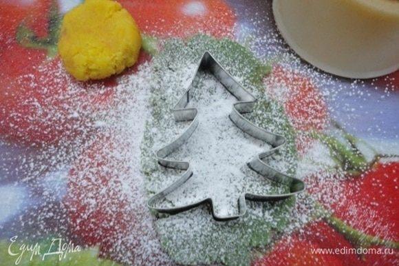 Марципановую массу раскатать на сахарной пудре и вырезать фигурки елочек
