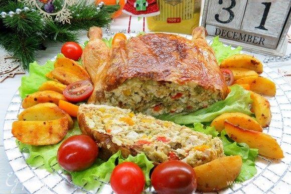 Готовую курочку подаем на праздничный стол и наслаждаемся богатством вкусов! Приятного аппетита!